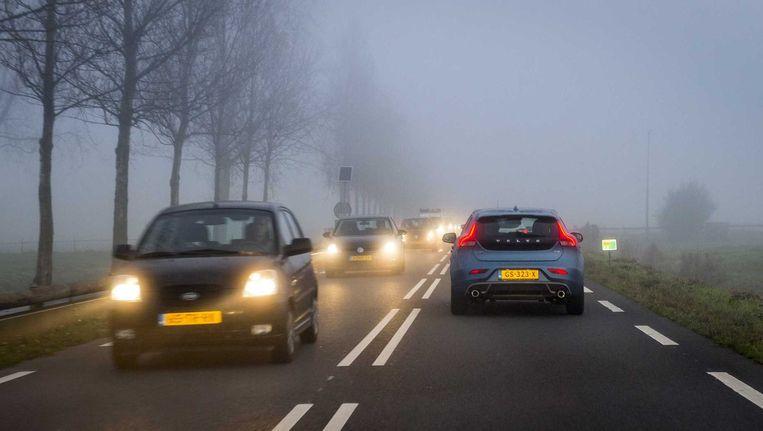 Auto's ondervinden hinder door dichte mist. Beeld anp