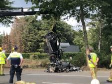 Porsche crasht tegen boom en breekt in twee stukken: één dode en een zwaargewonde