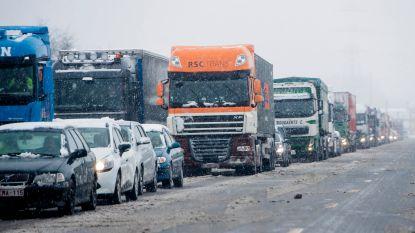 Zwarte smurrie op wegdek zorgt voor grote hinder op A12 in Antwerpen-Noord: file vanaf Hoevenen