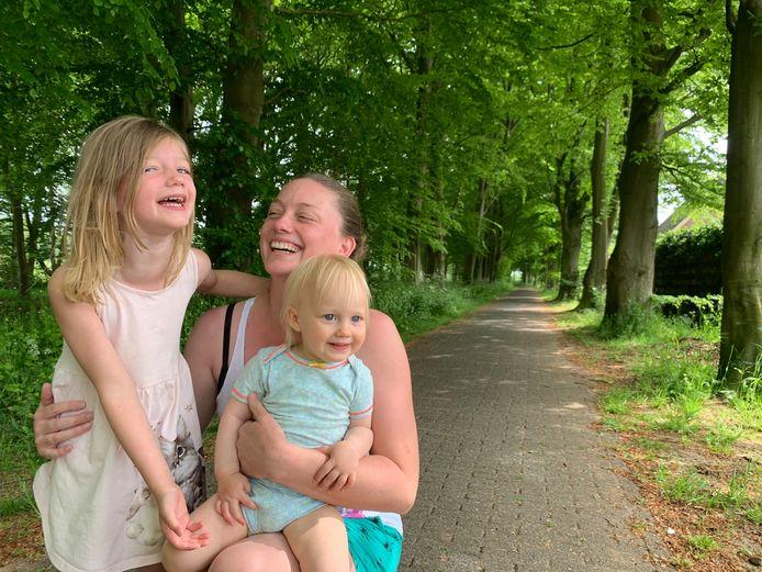 Christa Dijkstra met dochters Lily (4) en Lucy (1,5) ze wandelen graag in het laantje van hun woonplaats Tienhoven aan de Lek.