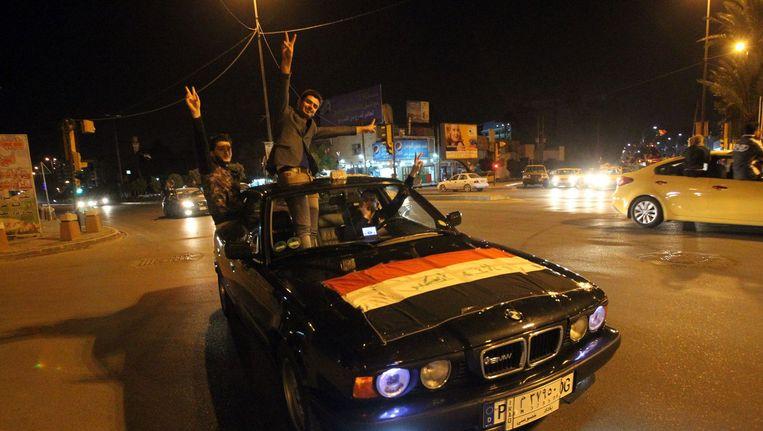 Inwoners van Bagdad vieren de opheffing van de avondklok. Beeld afp