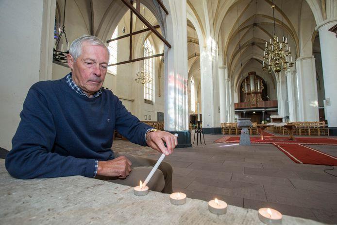 Ben Hemmer steekt de waxinelichtjes aan in de Gedulakerk. Vanaf zaterdag kunnen bezoekers elk kwartaal in de avond tot rust komen in een door honderden kaarsjes verlichte kerk.
