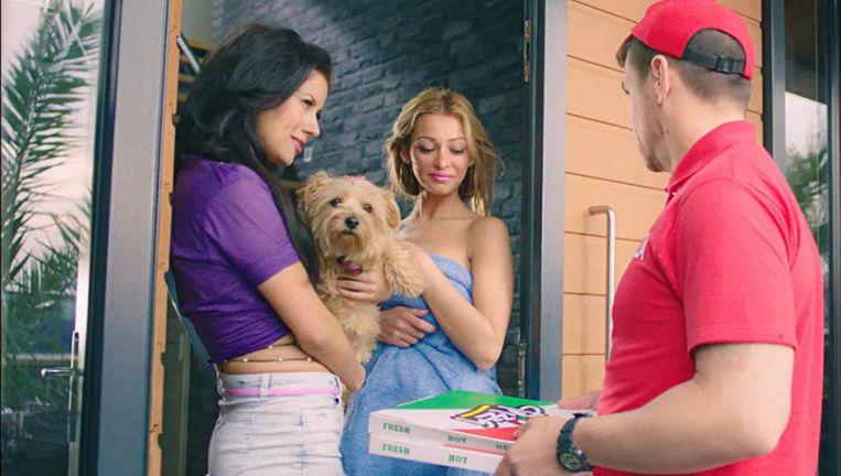 Sire koos voor haar campagne het pornocliché van de pizzabezorger. Beeld Sire