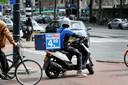 Een bezorger van Domino's Pizza, een keten die inmiddels ook fors inzet op cashloos betalen.