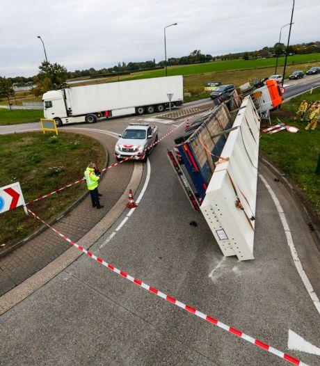 Zwaarbeladen vrachtwagen kantelt op rotonde in Beek en Donk als lading van 30 ton verschuift