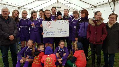 Meisjes FC Daknam verkopen lollywafels voor goede doel