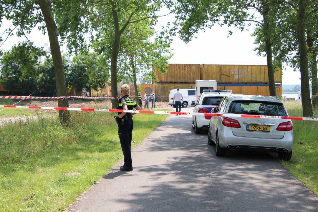 De politie heeft het gebied afgezet met linten.