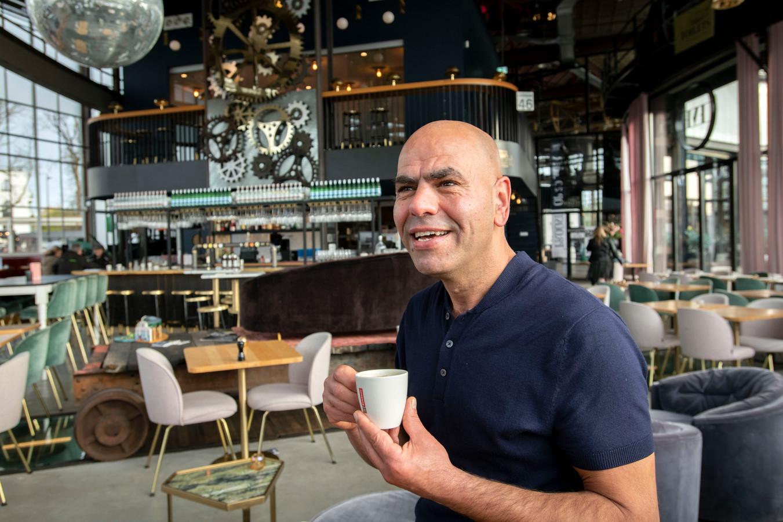 Hij flikt het weer, de charismatische Iraanse ijsverkoper van de Piushaven. Voor het derde jaar op een rij zet de Tilburger een kerstdiner op voor mensen die het minder hebben.