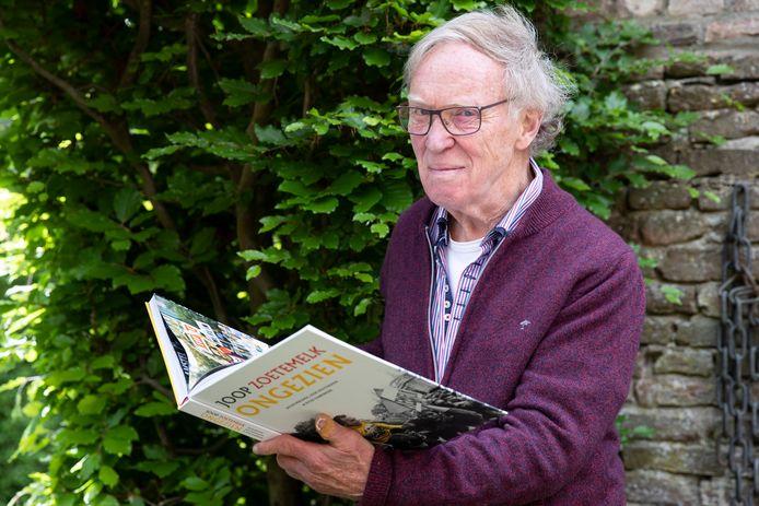 Joop Holthausen met het tweede boek over Joop Zoetemelk waaraan hij meeschreef. ,,Mart Smeets reikt het boek virtueel uit. Hij heeft het al gezien en was onder de indruk.''