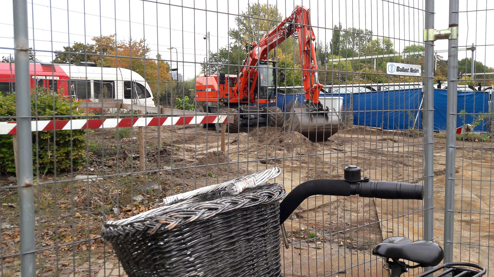 Aannemer Ballast Nedam heeft het werkterrein voor de bouw van de reizigerstunnel opgeruimd. Reiziger parkeren nu nog hun fiets tegen de hekken.