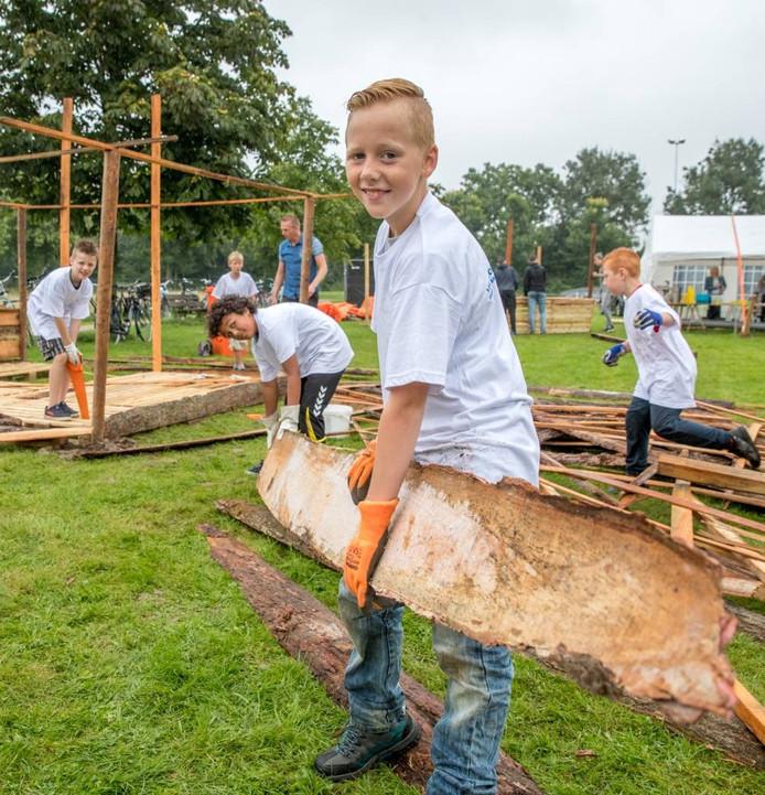 Nick Buisman en zijn vrienden bouwen ene Poke-Mac restaurant op het huttenbouwfeest in Westenholte. Foto Frans Paalman