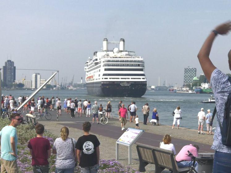 Cruiseschip Rotterdam vaart onder grote belangstelling de stad uit