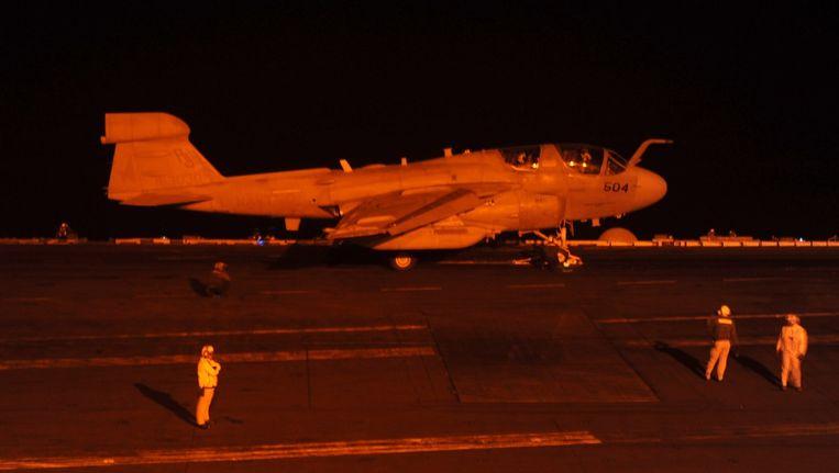 Een toestel klaar voor vertrek aan boord van de USS George H.W. Bush. Beeld afp