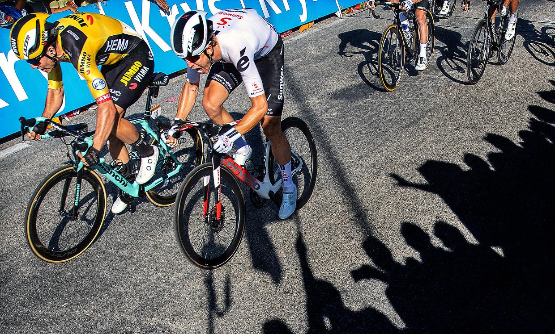 Tien meter voor de finishlijn is al duidelijk dat Van Aert (links) Cees Bol in de sprint heeft verslagen.  Beeld Klaas Jan van der Weij