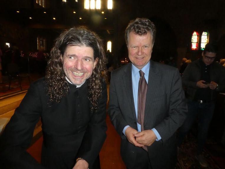 Pastoor Pierre Valkering tijdens zijn boekpresentatie, samen met oud-politicus Boris Dittrich. Beeld Hans van der Beek