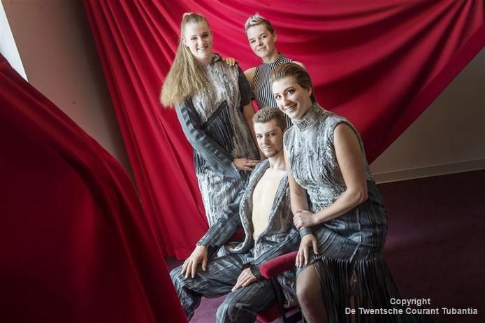 Martine Frans ontwierp een collectie met fietsbanden. De modellen vlnr: Anne Groothuis, Jeroen Frans en Manon Poortman.