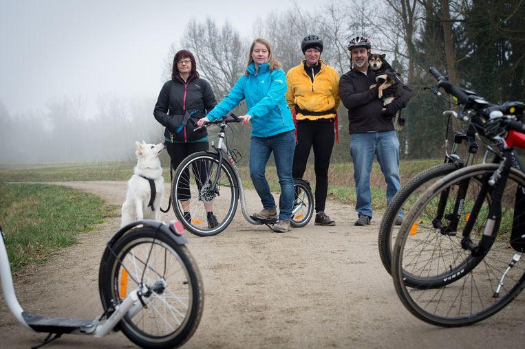 Initiatiefnemers Carine Peeters met hond Lilo, Kathleen Janssens, Myriam Wilmsen en Walter Maes met hond Kimmi.