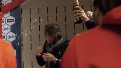 Feestend de nacht in: Rouches trakteren hun trainer tijdens persconferentie op champagnedouche