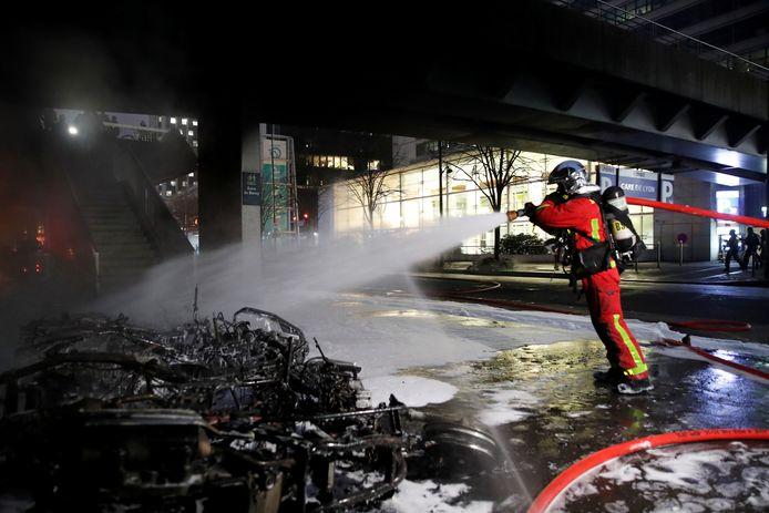 Brandweerlieden aan het werk bij het Parijse station Gare du Lyon.