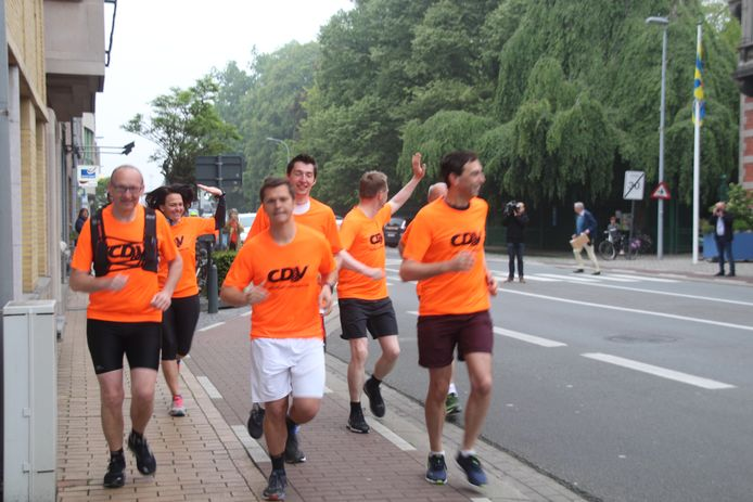 De groep loopt vandaag van Wevelgem naar Kortrijk.