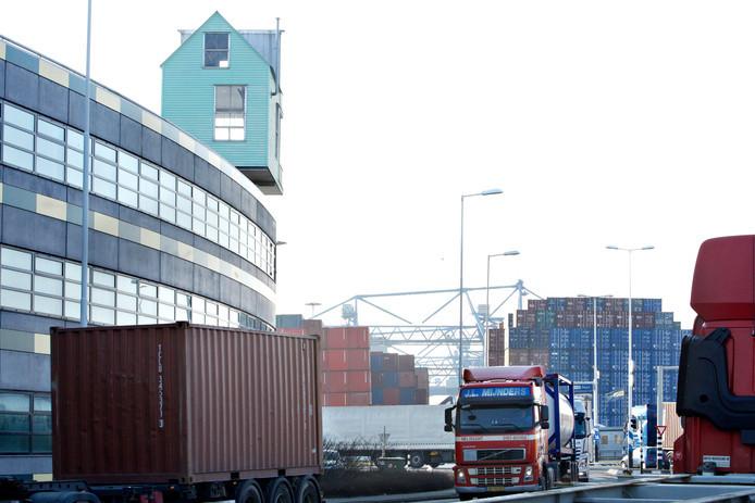 Bij de bestrijding van de drugsinvoer in de Rotterdamse haven werken politie en de douane niet adequaat samen.