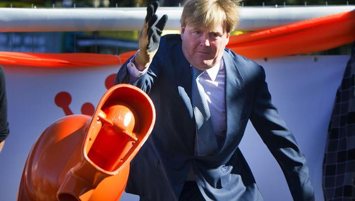 Willem-Alexander werpt een toiletpot in Rhenen