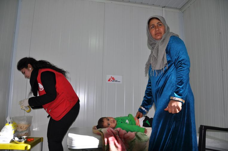 Een klein jongetje wordt gevaccineerd in het Meshta Nour-ziekenhuis in Kobane. 23 januari 2017. Beeld Jamal Bali