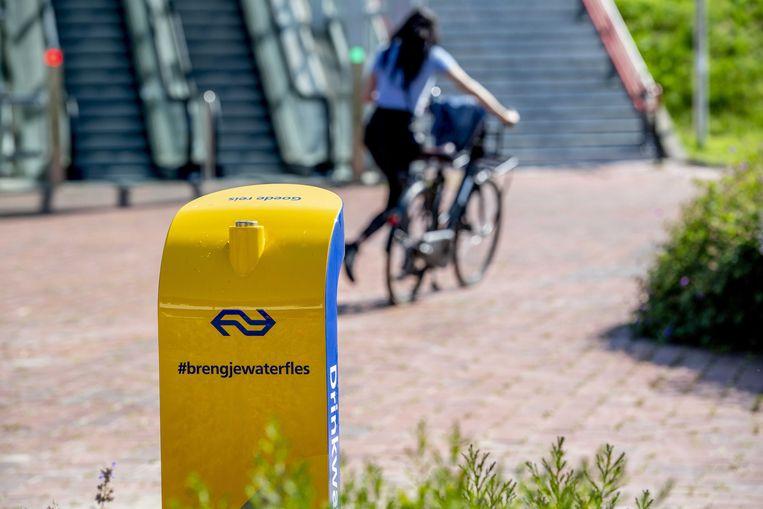 De NS heeft op 200 stations in heel Nederland extra watertappunten geplaatst waar reizigers gratis hun flesjes kunnen bijvullen met kraanwater, zoals hier op station Barendrecht. Beeld ANP