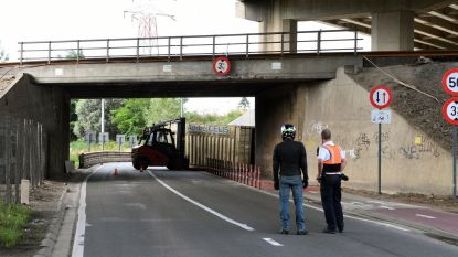 Opnieuw truck vast onder Duitse brug