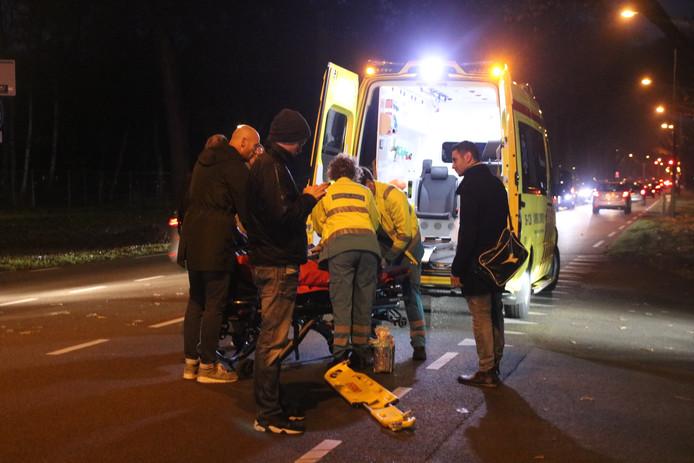 Hulpverleners helpen de fietser in de ambulance.