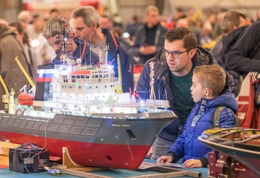 Niet alleen kinderen, maar ook veel papa's keken weer hun ogen uit op de modelbouwshow in Goes.