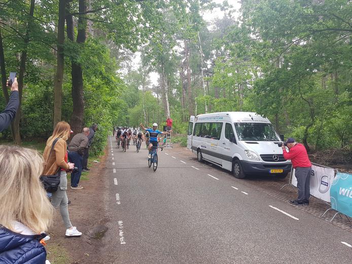 De Belg Anthony Kets wint de massasprint in de Ronde van Bergen, bij de amateurs.