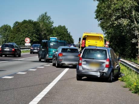 Drie auto's botsen tegen elkaar: file op A12 tussen Duitse grens en Zevenaar