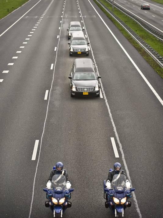 Rouwwagens vervoeren stoffelijke resten van MH17-slachtoffers.