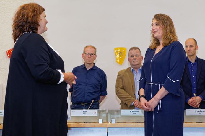 Wethouder Petra Lepolder (rechts) wordt geïnstalleerd door burgemeester Marina Starmans-Gelijns van Dongen (links).