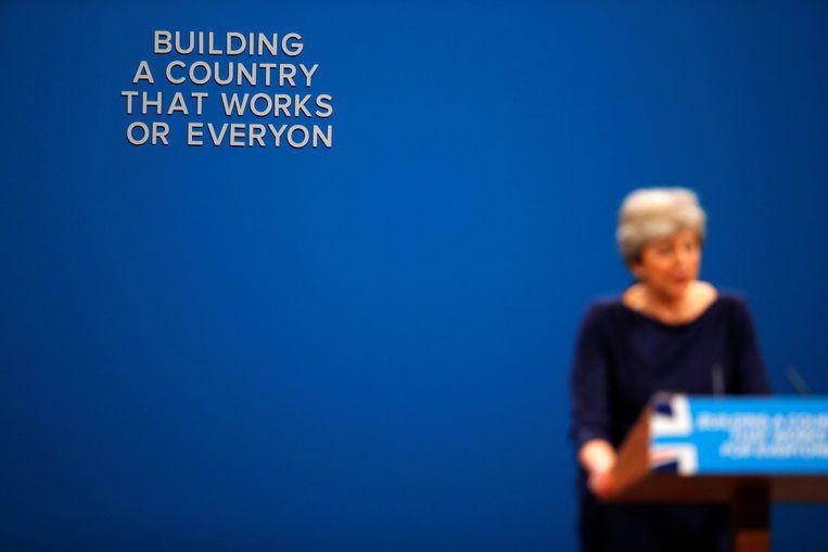 Doordat enkele letters achter Theresa May van de muur vielen, klopte de slogan niet meer.
