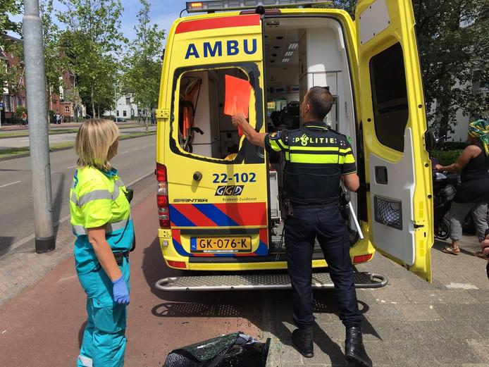 Jongen fietst achterop ambulance in Eindhoven