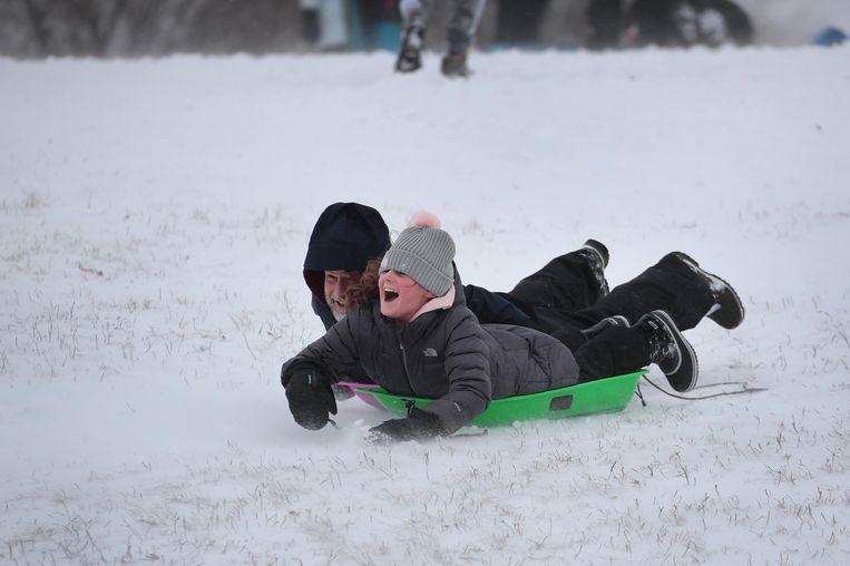 De sneeuw zorgt niet alleen maar voor problemen. Jong én oud vermaken zich ook op hun sleeën.