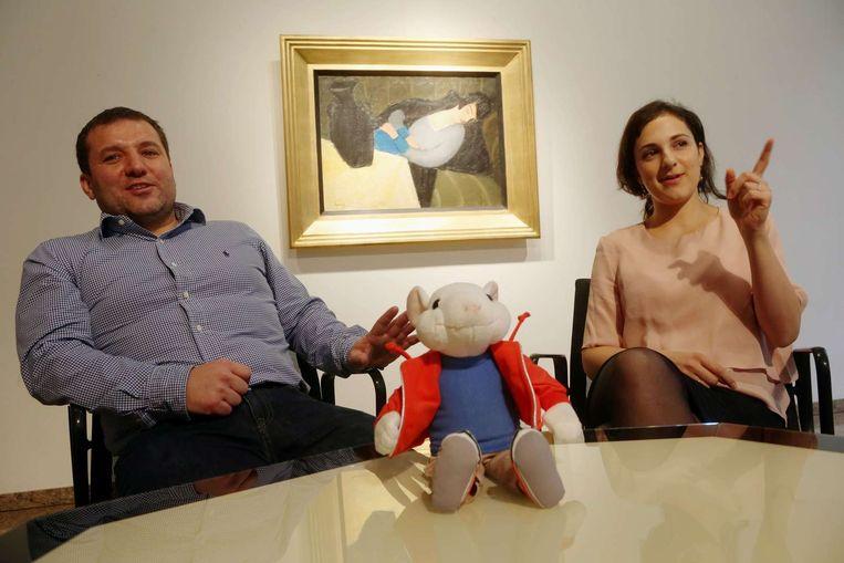 De Hongaarse kunsthistorici Gergely Barki en Anna Kelen bij het schilderij en een Stuart Little-knuffel.
