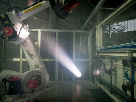 De robot werkt in arbeidersstad