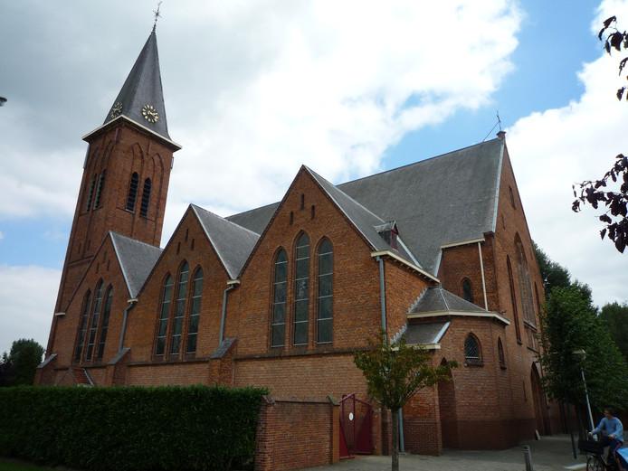 De Rooms-Katholieke kerk in Koewacht, op de foto nog met kerkhaan.