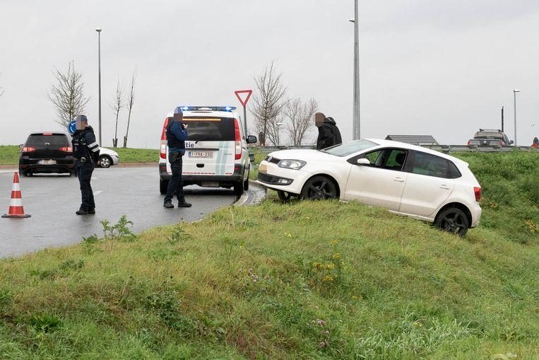 De auto slipte op de verhoogde rotonde en kwam in de berm terecht.