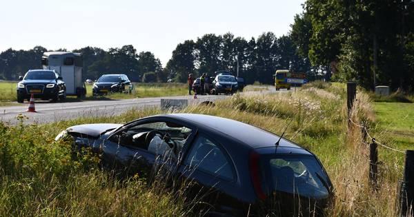 Botsing bij Vriezenveen: auto schiet door en belandt in sloot, 1 gewonde.