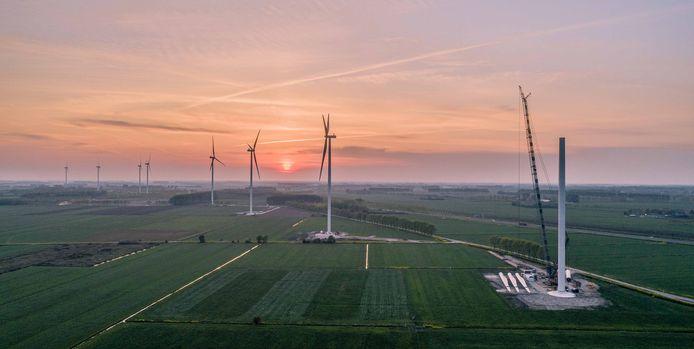 Windpark Deil in aanbouw. Zeven van de elf molens zijn al klaar