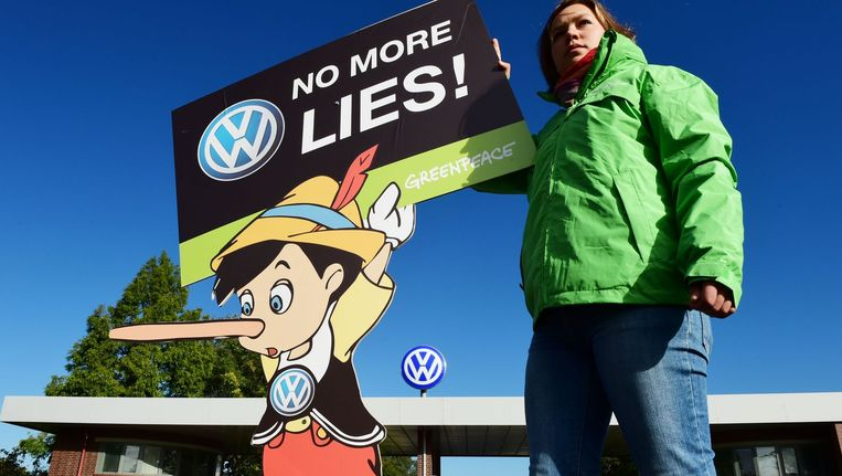 Een demonstrant van Greenpeace bij het hoofdkantoor van Volkswagen in Wolfsburg. Beeld afp