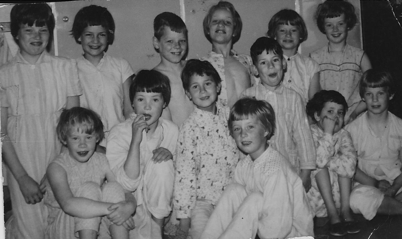 Pinksteren 1961, Elly Kouwenberg is het kleine meisje rechts, met de vinger in haar neus. Beeld Foto uit collectie van Elly Kouwenberg