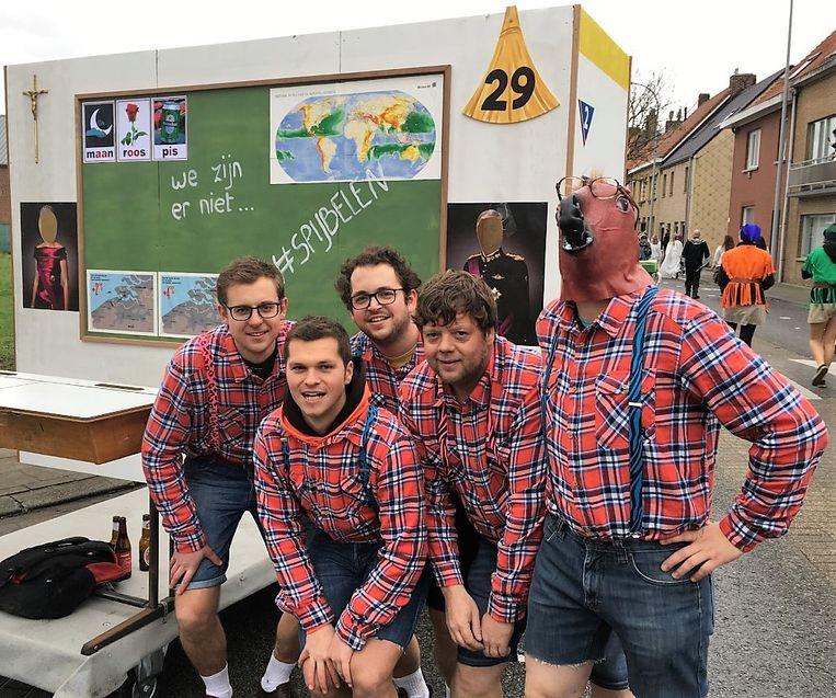 Het rijdende klaslokaal, leeg omdat de spijbelaars naar Brussel zijn, van Steven Halsberghe, Kevin Defieuw, Stijn Tant, Bart Descheemaeker en Sander Gheldof.