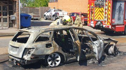 Auto brandt volledig uit in centrum van Ramsel