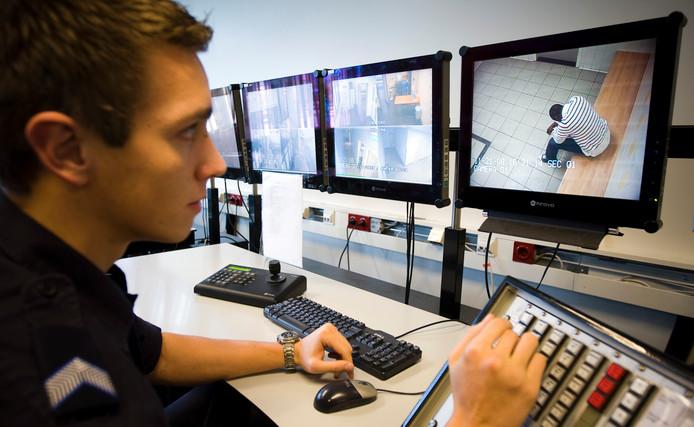 De marechaussee controleert met camera's de cellen in het uitzetcentrum op Schiphol.