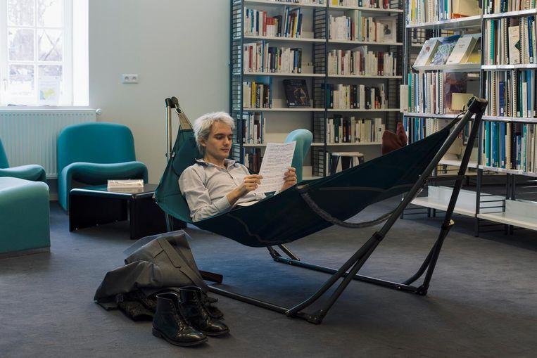 Een student in een ligstoel in de ENA-bibliotheek. Beeld Bart Koetsier